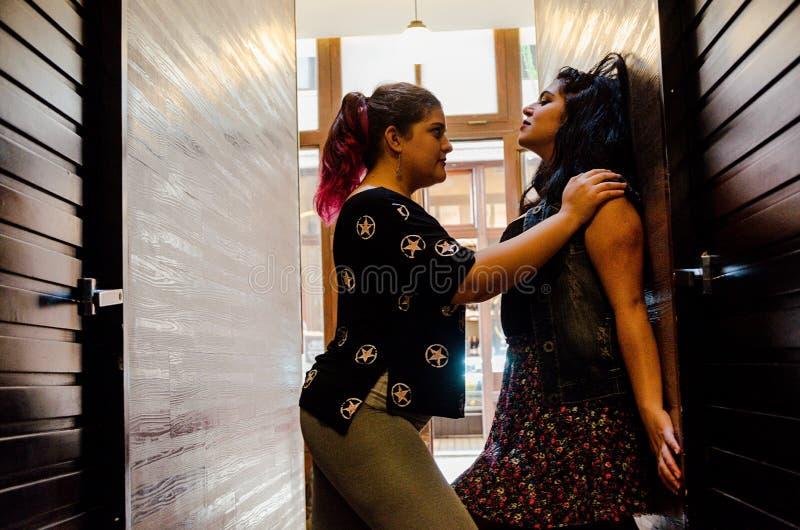 Två lesbiska kvinnor som starkt slår sig, begreppet av förälskelse mellan folk av samma, könsbestämmer royaltyfri fotografi