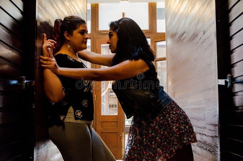 Två lesbiska kvinnor som starkt slår sig, begreppet av förälskelse mellan folk av samma, könsbestämmer royaltyfri bild