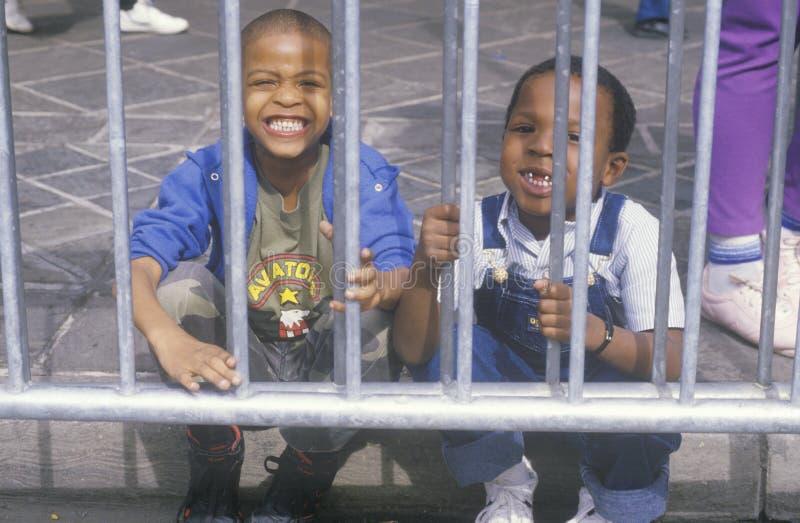 Två lilla afrikansk amerikanpojkar som ler, New Orleans, Louisiana fotografering för bildbyråer