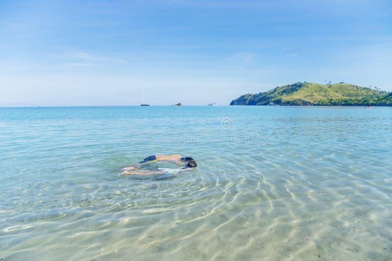 Två lilla barn som snorklar på den tropiska stranden arkivfoton