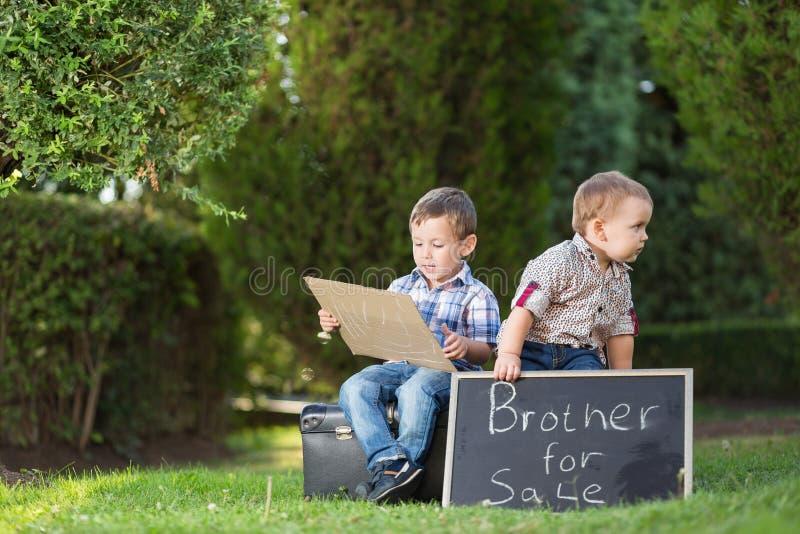 Två lilla bröder i parkera arkivfoton