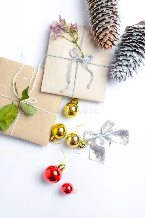 Två lilla gåvor som slås in i ecologic papper, ljus grå bakgrund med utrymme för texthandstil royaltyfri foto