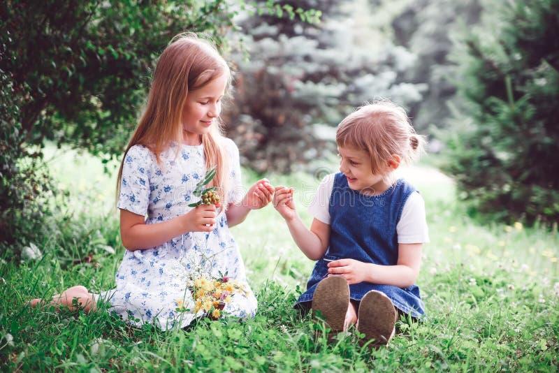 Två lilla systrar i sommardag royaltyfri foto