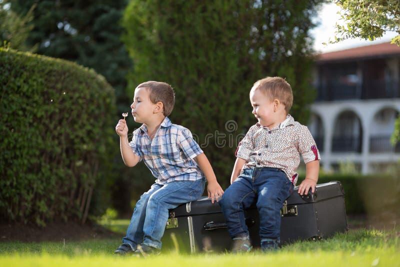 Två lilla ungar som utomhus spelar arkivbild