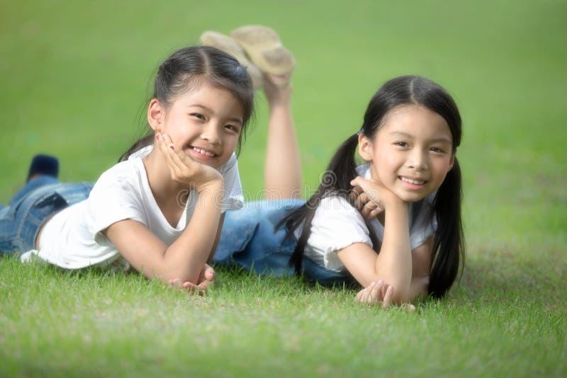 Två little asiatiska flickor royaltyfri fotografi