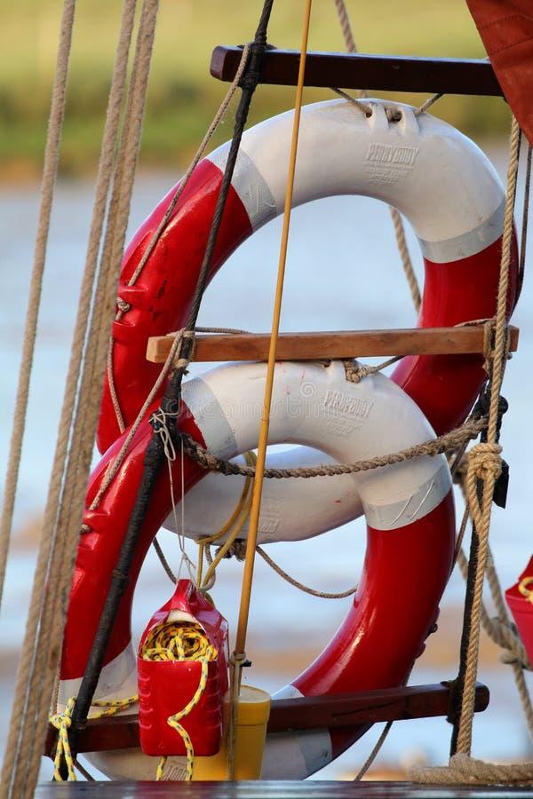 Två livcirklar eller livboj på Themsen som seglar pråm arkivbilder