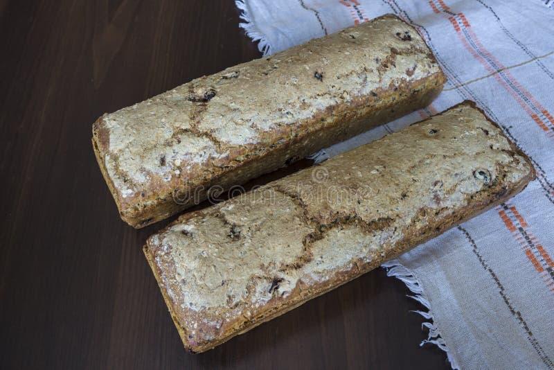 Två loaves av bröd som hemma bakas royaltyfri foto