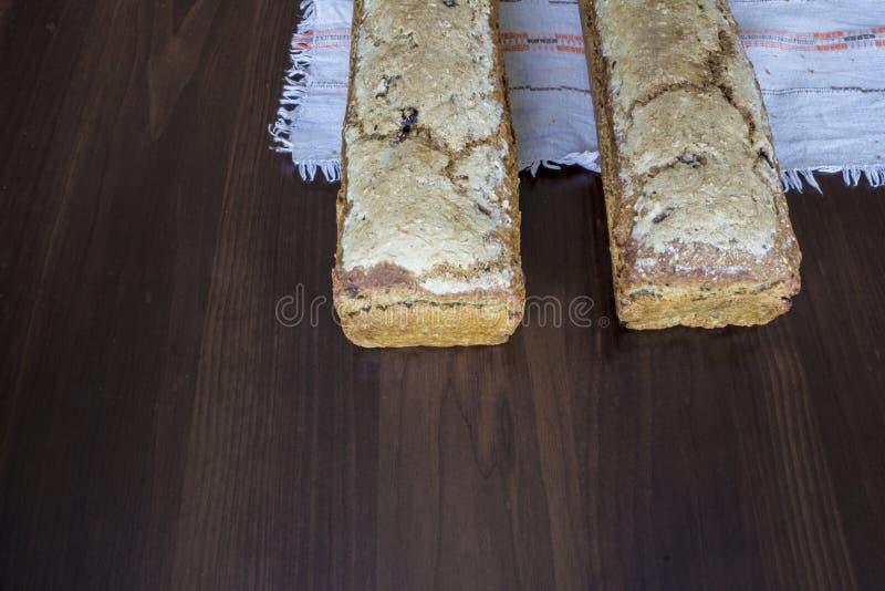 Två loaves av bröd som hemma bakas arkivfoto