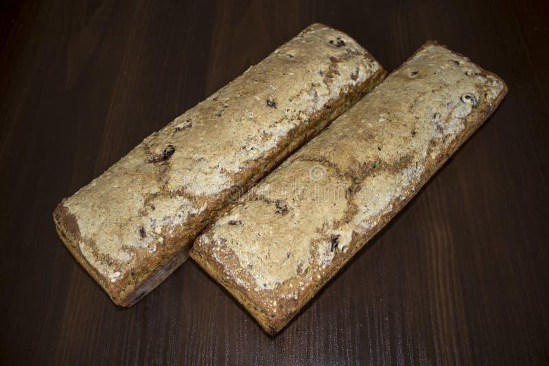 Två loaves av bröd som hemma bakas kokkonstliten pastejpolermedel royaltyfri fotografi