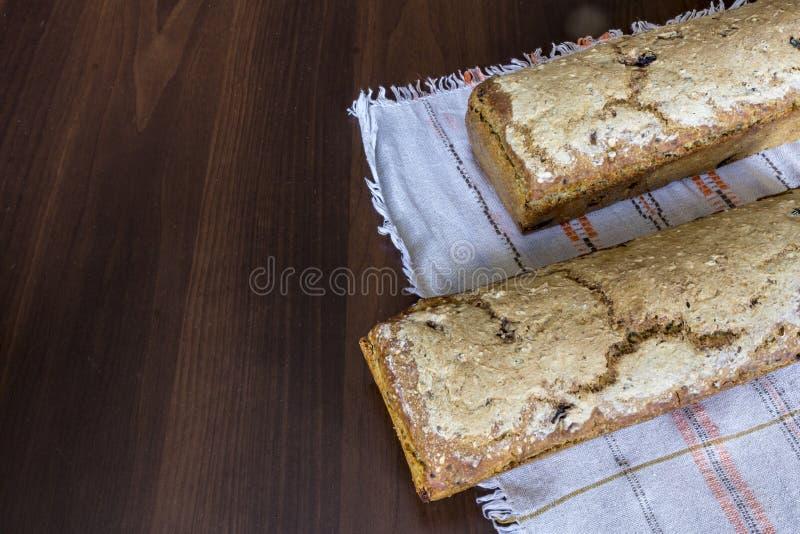 Två loaves av bröd som hemma bakas kokkonstliten pastejpolermedel arkivbild