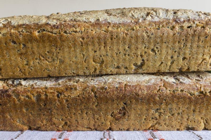 Två loaves av hemlagat bröd arkivfoto