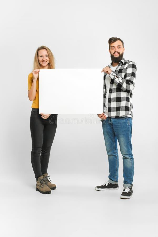 Två lyckliga älska personer med modellaffischen royaltyfria bilder