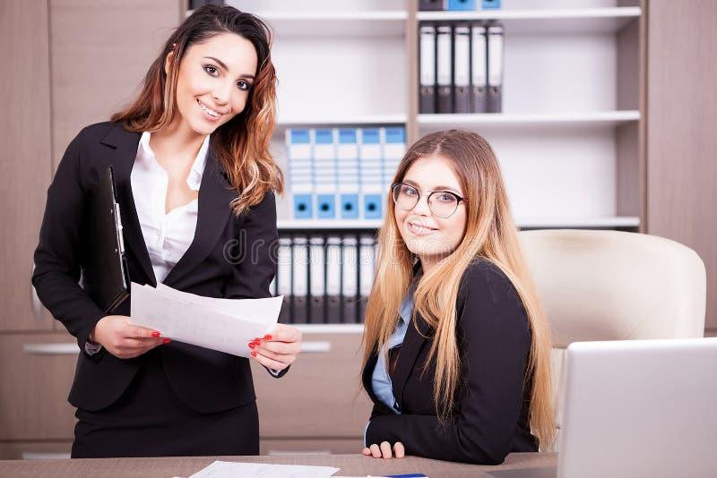 Två lyckliga affärskvinnor i regeringsställning arkivbild