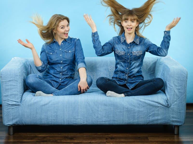 Två lyckliga chockade kvinnor med windblown hår royaltyfri bild