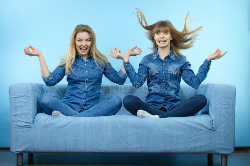 Två lyckliga chockade kvinnor med windblown hår royaltyfria bilder