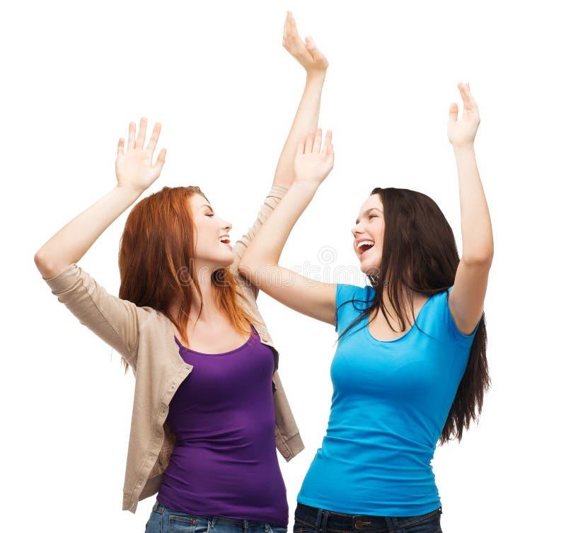 Två lyckliga dansflickor royaltyfri fotografi