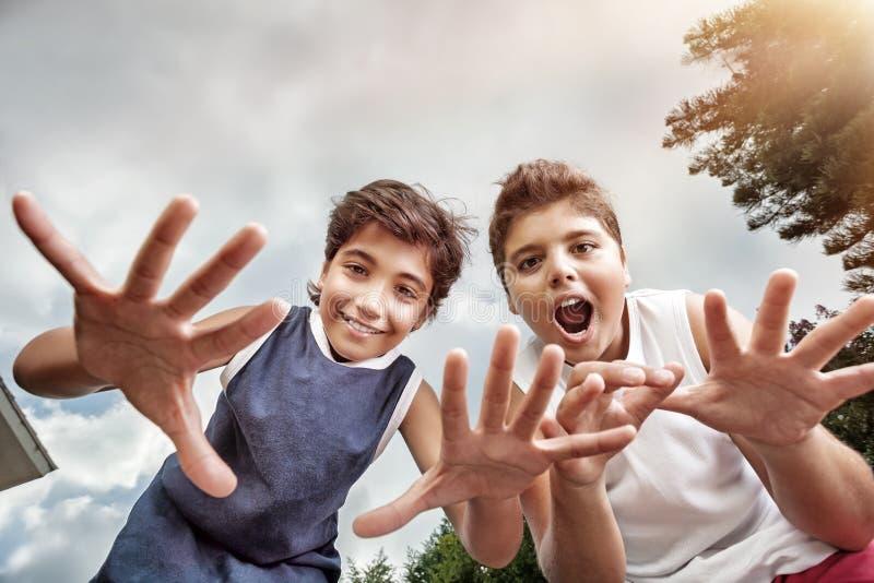 Två lyckliga pojkar utomhus royaltyfria bilder