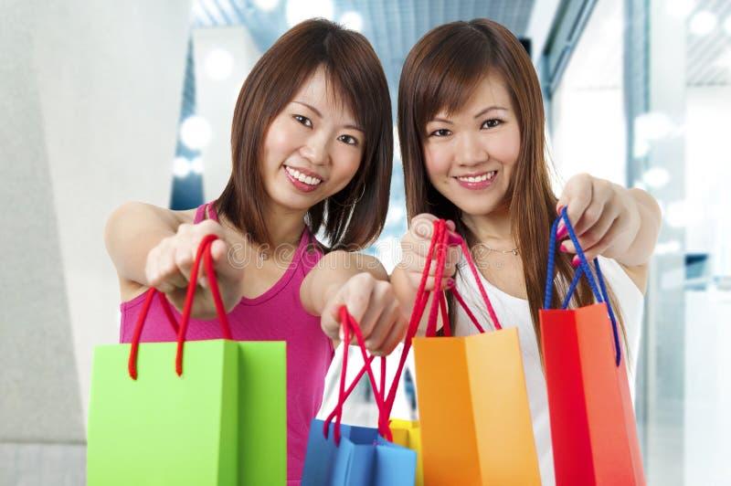 Två lyckliga shoppare arkivfoton