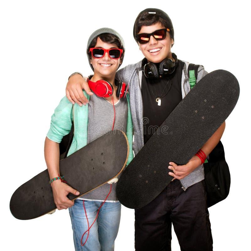 Två lyckliga skateboarders arkivbild