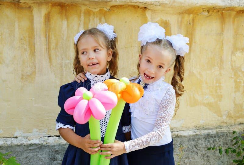 Två lyckliga skolflickor arkivfoto