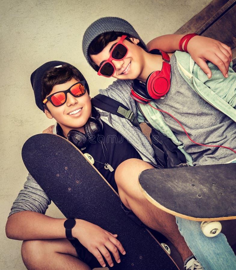 Två lyckliga tonåriga pojkar arkivbild