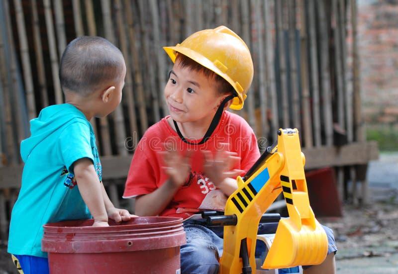 Två lyckliga ungar royaltyfri fotografi