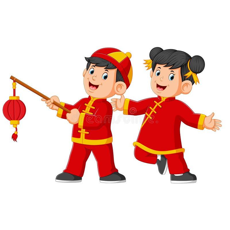 Två lyckliga ungar spelar och ett av dem som rymmer den kinesiska pappers- lyktan stock illustrationer