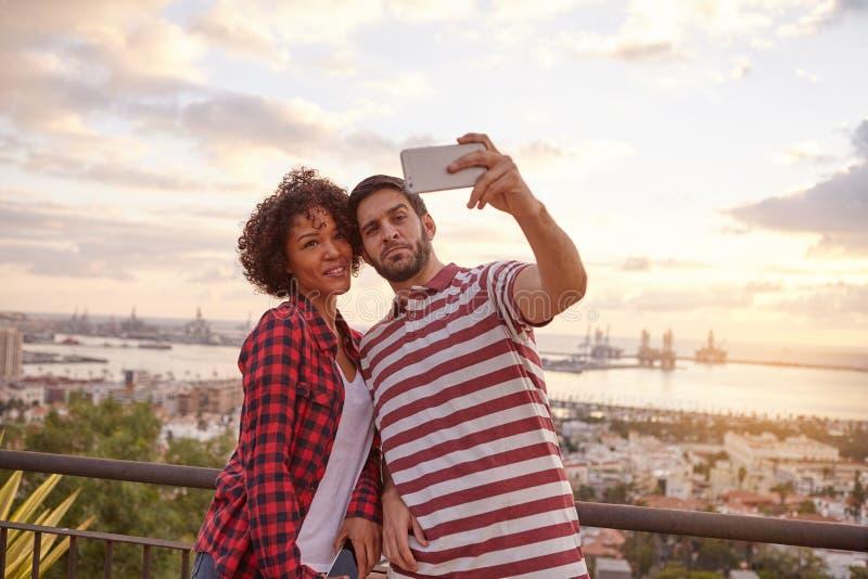 Två lyckliga vänner som tar en selfie royaltyfri bild