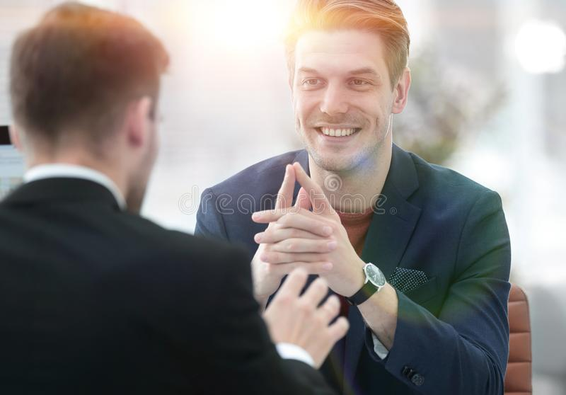 Två män diskuterar tillväxten av företaget som ser resningen royaltyfri foto