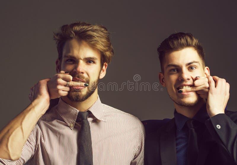 Två män med kvinnliga fingrar arkivfoto