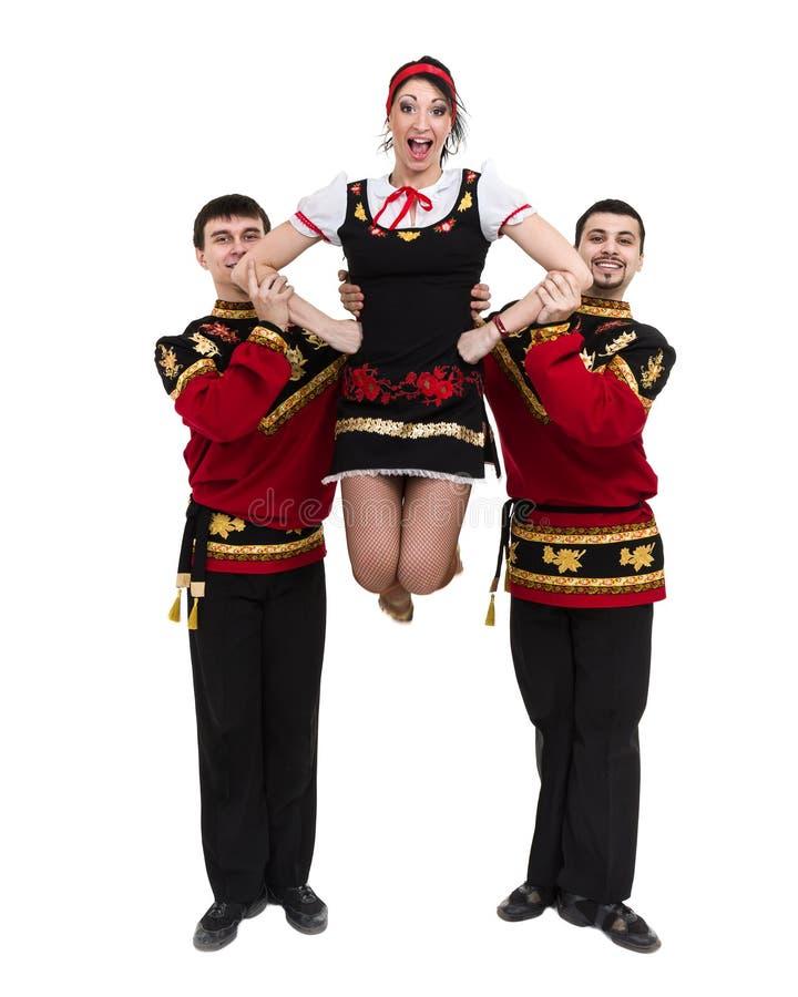 Två män och en kvinna som bär folk posera för ryssdräkt fotografering för bildbyråer
