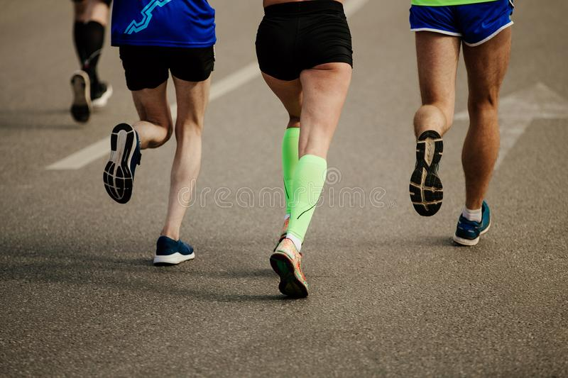 Två män och löpare för en kvinna royaltyfri fotografi