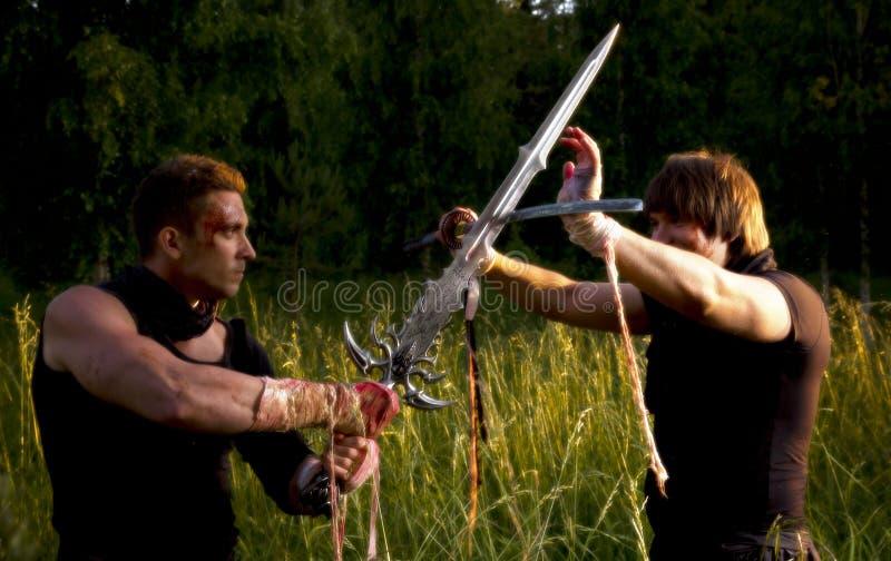 Två män slåss royaltyfri foto