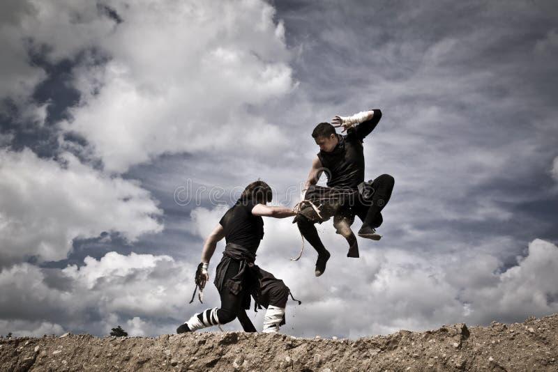 Två män slåss royaltyfria bilder