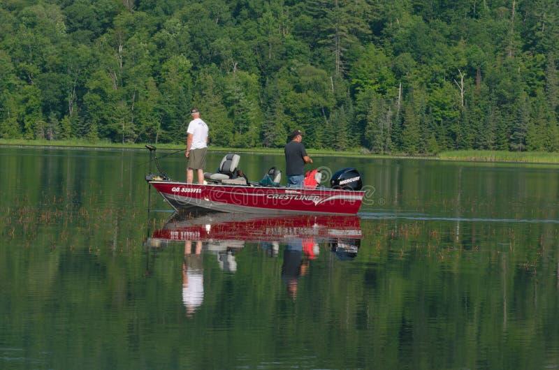 Två män som fiskar för bas royaltyfri foto