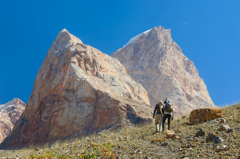 Två män som fotvandrar i Tadzjikistan berg arkivbilder