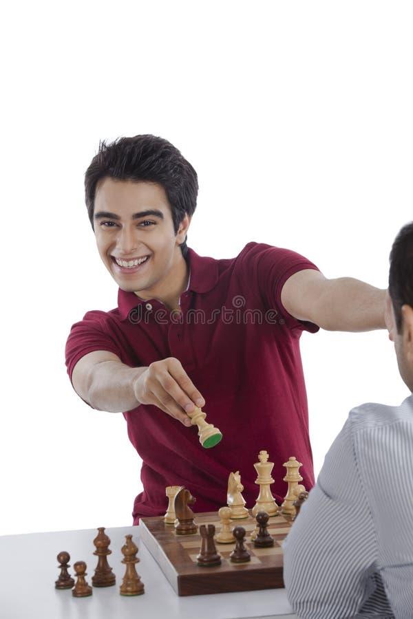Två män som spelar schack arkivfoton