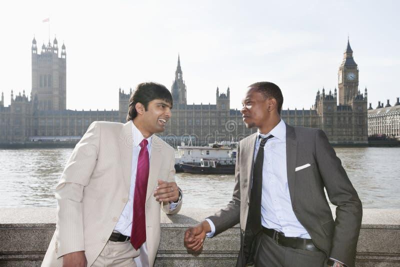 Två mång- etniska affärsmän som har en konversation arkivbilder