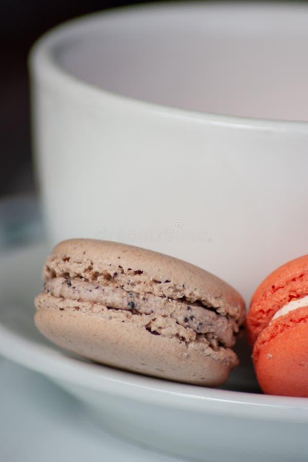 Två Macarons och ett kaffe rånar royaltyfria bilder