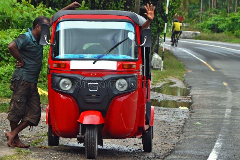 Två man och taxituk-tuk i Asien/Thailand/Indien/Sri Lanka lokal transport av Asien, armod av Asien, taxi parkerar fotografering för bildbyråer
