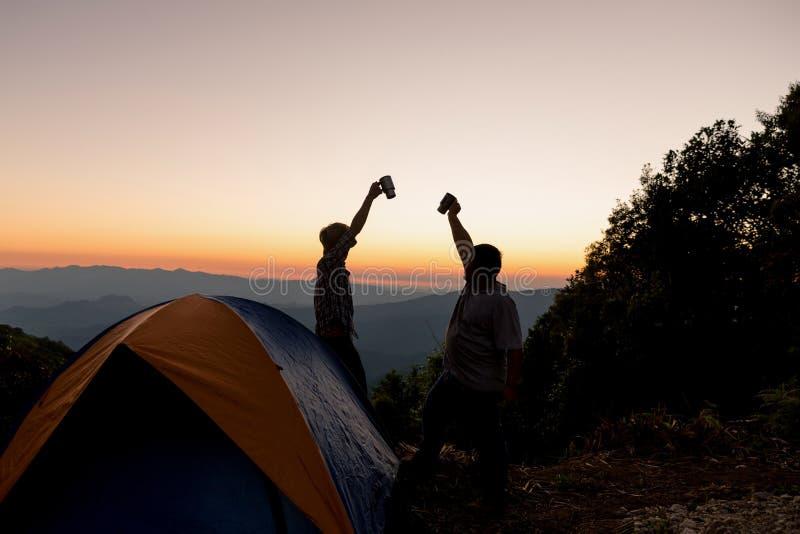 Två manliga turister är lyckliga upptill av berget royaltyfri bild