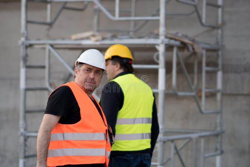 Två manliga väg-och vattenbyggnadsingenjör på arbete arkivfoto