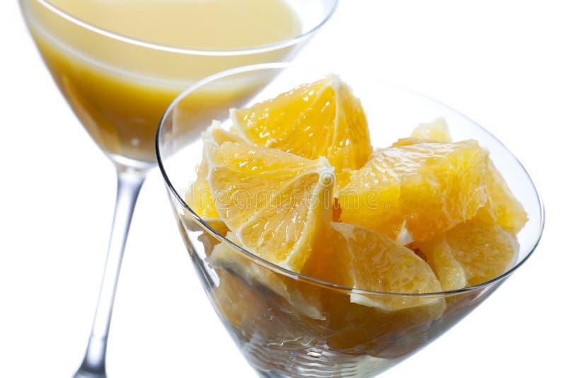 Två martini exponeringsglas med orange fruktsaft arkivfoton