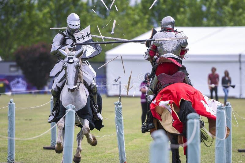 Två medeltida riddare konfronterar under jousting turnering arkivfoton