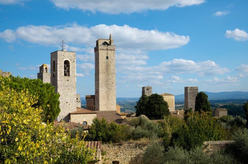 Två medeltida torn arkivfoton