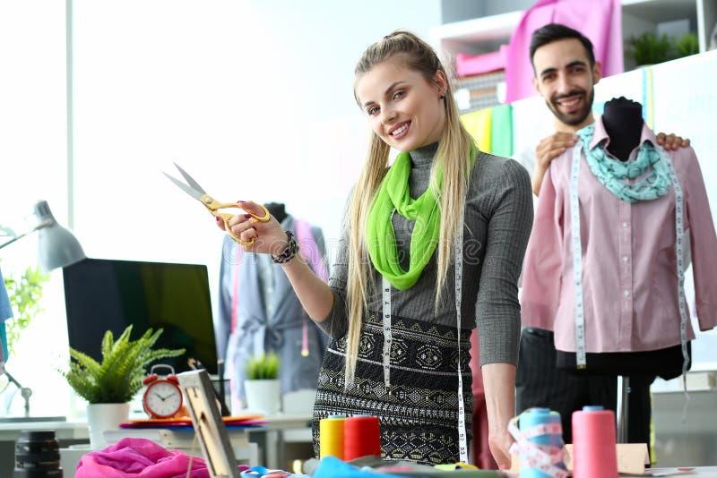 Två modeformgivare på att skapa för arbetsplats royaltyfria foton