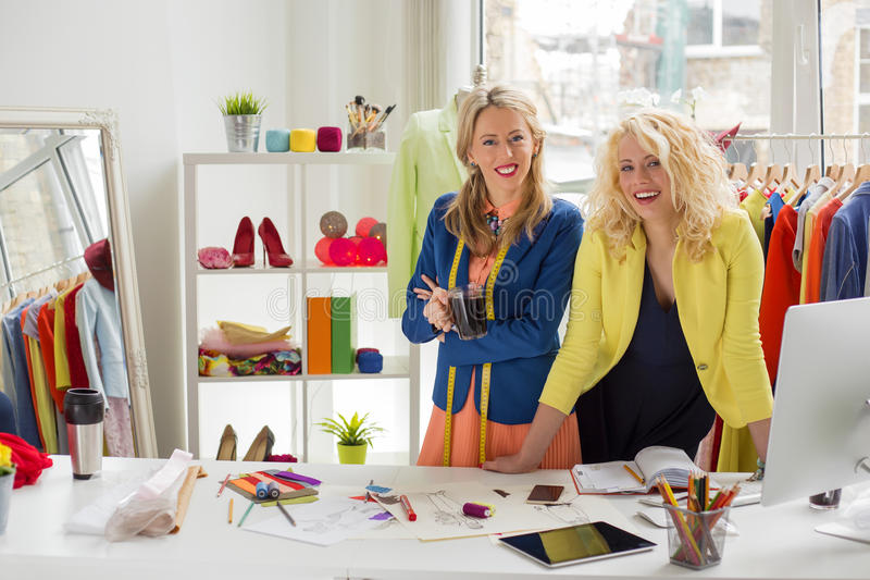 Två modeformgivare på deras kontor royaltyfri fotografi