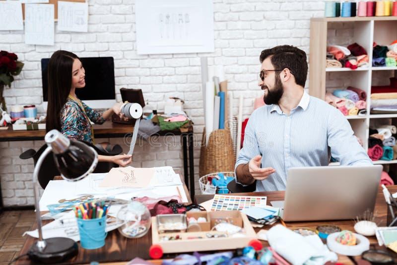 Två modeformgivare som talar i studio arkivbild
