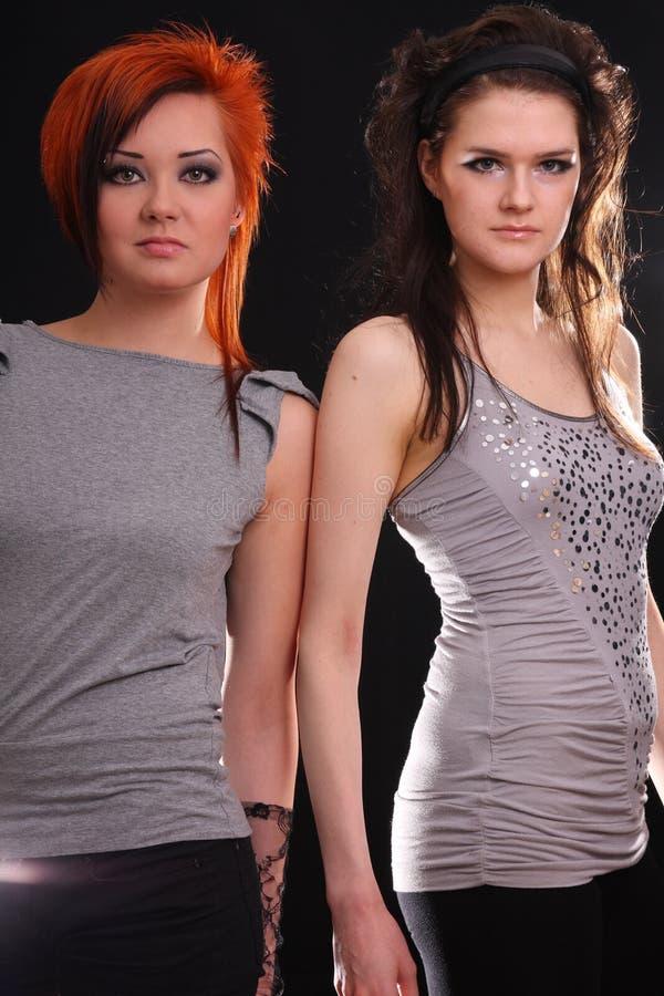 Två modeller i färgrikt inbrott studion royaltyfria foton