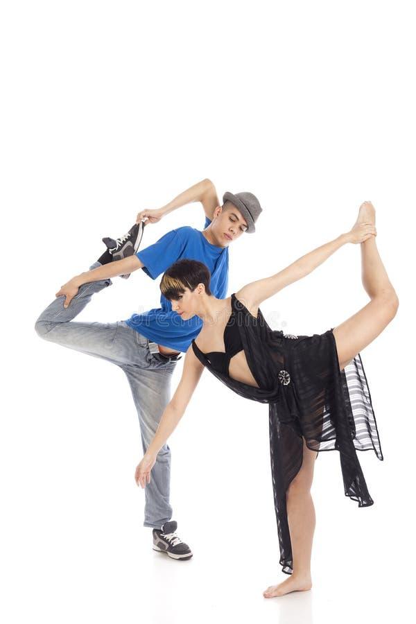 Två moderna balettdansörer i dynamiskt handlingdiagram, på vitbac arkivbilder